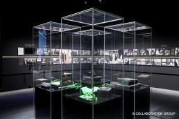 Das Frank Vitrinen System in Form von vier Säulenvitrinen aus Acryl, welche für eine Ausstellung des Königshauses in Riyad in einem schwarzen Raum im Quadrat angeordnet wurden.