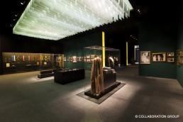 Ganzheitliche Ansicht eines Ausstellungsraumes in Riyad. Die Ausstellungsstücke wie Schmuck, Gewänder und weitere Artefakte werden von Frank Vitrinen geschützt.