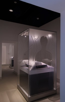Eine demontable Frank Vitrine aus Glas mit bedruckten Paneelen/Scheiben schützt wertvolle Fundstücke aus der Eisenzeit im Saruq al Hadid Archaeological Museum in Dubai.