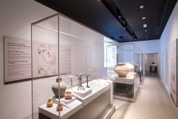 Frank Glasvitrinen im Saruq Al Hadid Archaeological Museum in Dubai. Ausgestellt werden Fundstücke aus der Eisenzeit der Verinigten Emirate (UAE).