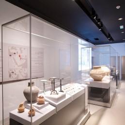 FRANK Glasvitrinen im Saruq Al-Hadid Archaeological Museum in Dubai. Ausgestellt werden Fundstücke aus der Eisenzeit der Verinigten Emirate (UAE).