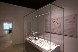Schmuckstücke, Vasen und erste Metallarbeiten aus der Eisenzeit werden in einer Frank Museumsvitrine aus Glas im Saruq Al Hadid Archaeological Museum in Dubai ausgestellt.