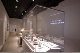 Gang im Saruq Al Hadid Archealogical Museum, bestückt mit mehreren zerlegbaren Frank Ausstellungsvitrinen aus Glas. Sie schützen einzigartige Funstücke aus der Eisenzeit in den Vereinigten Arabischen Emiraten.