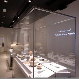 Gang im Saruq Al-Hadid Archealogical Museum, bestückt mit mehreren zerlegbaren Frank Ausstellungsvitrinen aus Glas. Sie schützen einzigartige Funstücke aus der Eisenzeit in den Vereinigten Arabischen Emiraten.