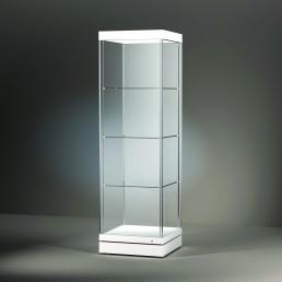 Frank bietet mit der Excel Line auch konventionell gefertige Glasvitrinen. Hier wird eine freistehende Vitrine Turm-/Säulenvitrine mit Tablarsystem auf weißem Sockel gezeigt.