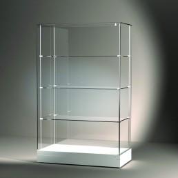 Frank bietet mit der Excel Line auch konventionell gefertige Glasvitrinen. Hier wird eine freistehende Vitrine mit Tablarsystem auf weißem Sockel gezeigt.