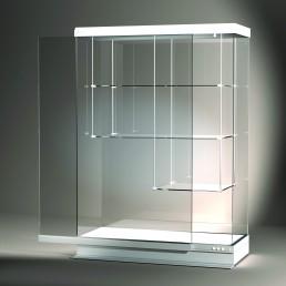 Frank bietet mit der Excel Line auch konventionell gefertige Glasvitrinen. Hier wird eine freistehende Vitrine mit Tablarsystem und Schiebetür gezeigt.