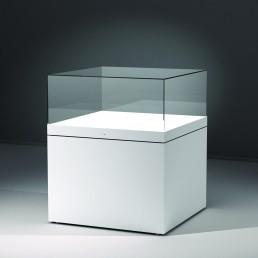 Frank bietet mit der Excel Line auch konventionell gefertige Glasvitrinen. Hier wird eine Säulenvitrine mit weißem Sockel gezeigt.
